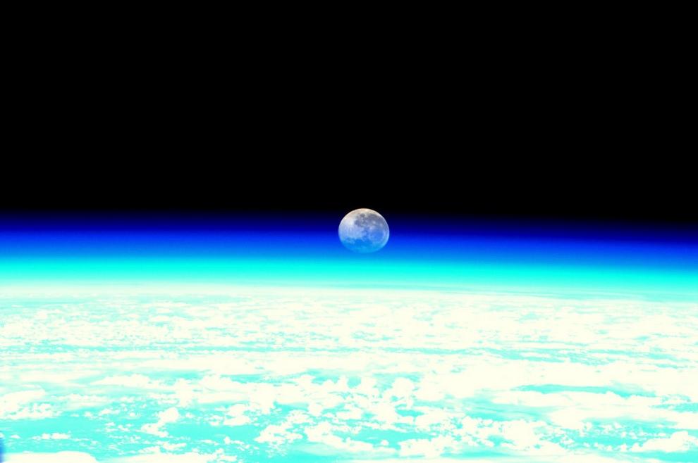 Лунный закат. © André Kuipers/ESA/NASA