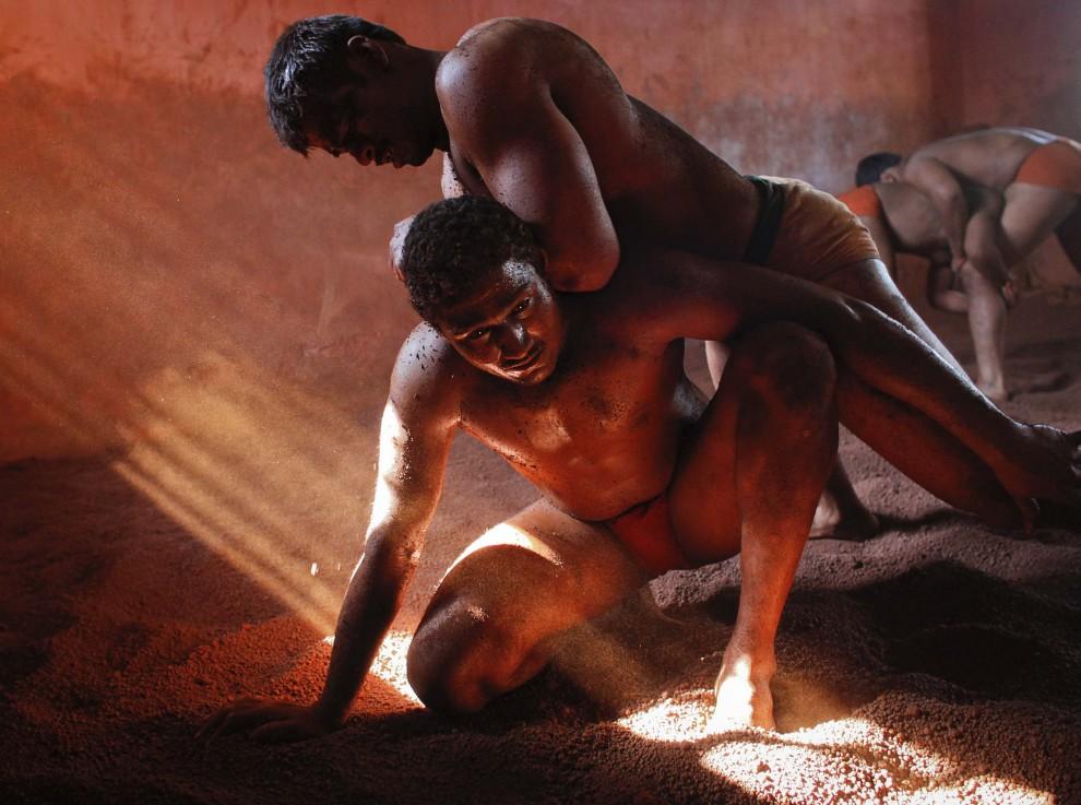 «Грязные» бои по-индийски (10 фото)