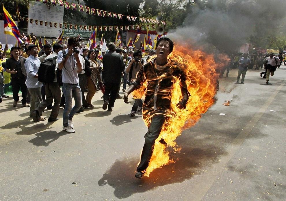 Житель Тибета, идентифицированный как Джампа Ёши (Jampa Yeshi), подпалил себя в знак протеста 26 марта в Нью-Дели, Индия, в преддверии визита президента Китая Ху Цзиньтао. Протестующий вскоре скончался от сильнейших ожогов. (AP Photo/Manish Swarup)