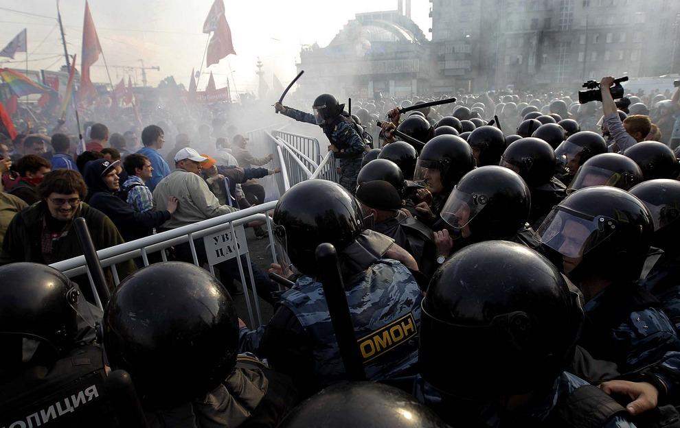 Полиция разгоняет оппозицию и начинает арестовывать самых буйных протестующих в центре Москвы. Демонстрация пыталась добраться до Кремля накануне инаугурации Владимира Путина на посту президента. (Sergey Ponomarev/Associated Press)