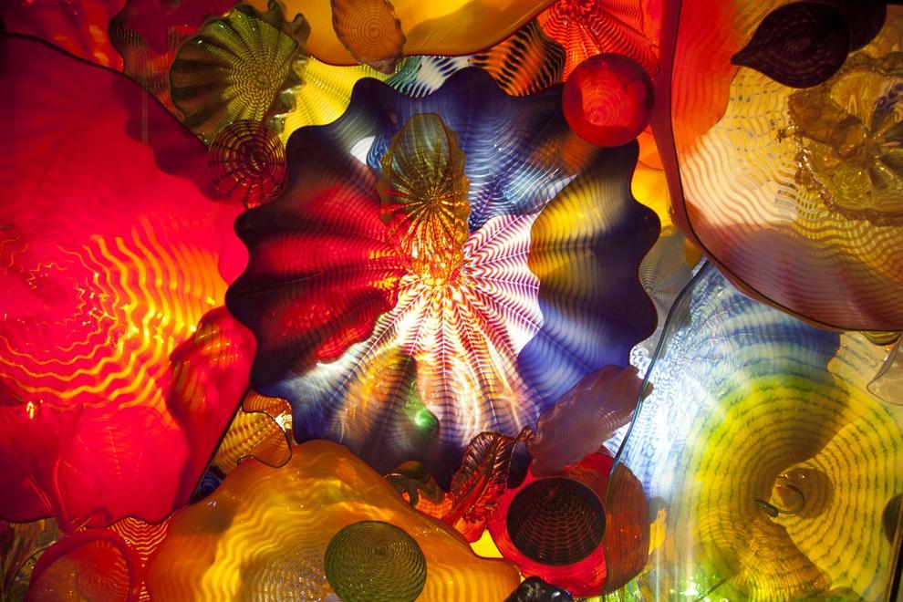 Свет проходит сквозь укрытый стеклом потолок в «Персидской комнате» на выставке «Сад и стекло Чихули». (Beth Nakamura/The Oregonian)