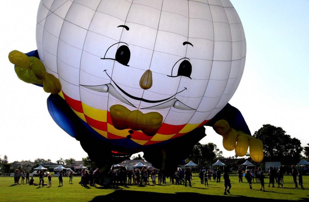Воздушный шар «Шалтай-Болтай» высотой более семи этажей надувается во время фестиваля Polo & Balloon Festival в Поло-Вест, Веллингтон, штат Флорида, США. Фестиваль создан в честь проекта Wounded Warriors Project и фонда Injured Marine Semper Fi Fund. (Taylor Jones/The Palm Beach Post)