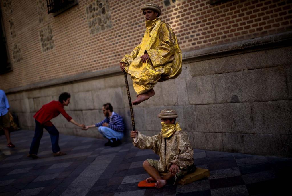 Маги-попрошайки на улицах Мадрида, Испания. (Emilio Morenatti/Associated Press)