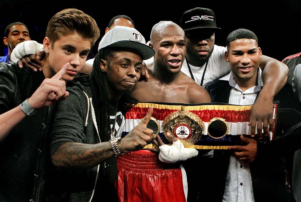 Флойд Мэйуэзер со своим новым титулом. Рядом с ним его команда: Джастин Бибер, Лил Уэйн, 50 Cent и кубинский боксер Юриоркис Гамбоа. (Eric Jamison/Associated Press)