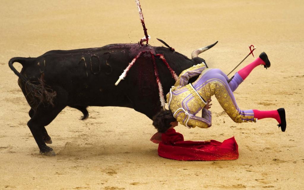 Французский тореадор Себастьян Кастелла (Sebastian Castella) получил сдачи от быка на корриде Лас-Вентас в Мадриде, Испания. (Daniel Ochoa de Olza/Associated Press)