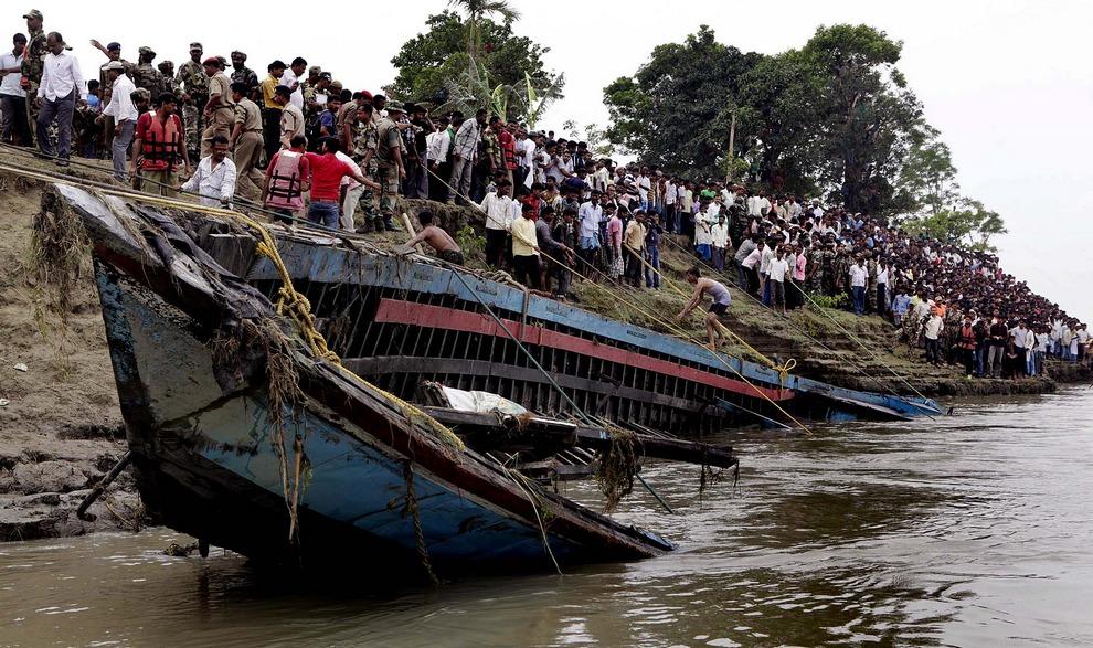 Спасатели вытаскивают обломки парома, который перевернулся в реке Брахмапутра, Индия. Армейские водолазы и спасатели уже вытащили из воды более 100 трупов. Еще столько же считаются пропавшими без вести. (Anupam Nath/Associated Press)