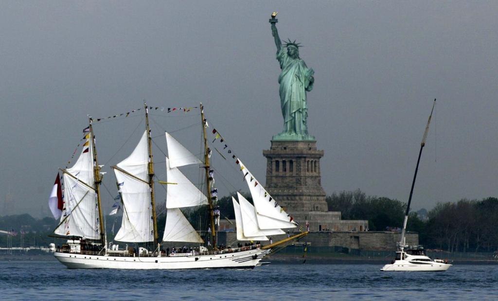 Индонезийская баркентина KRI Dewaruci проплывает с поднятыми парусами мимо Статуи Свободы в Нью-Йорке, США, для участия в «Неделе флота». В этом году отмечается двухсотлетие войны 1812 года. (Richard Drew/Associated Press)