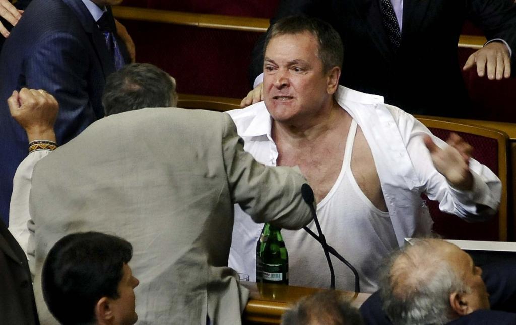 Знакомьтесь, это украинские депутаты. Драка в Верховной Раде вспыхнула во время рассмотрения законопроекта, который позволит использовать русский язык в судах, больницах и других учреждениях, Киев, Украина. (Maks Levin/Associated Press)