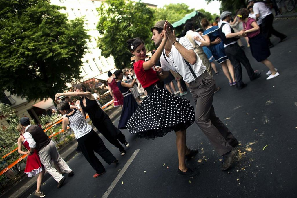 Люди танцуют свинг на улицах Берлина, Германия, во время ежжегодного парада «Карнавал культур». (Markus Schreiber/Associated Press)