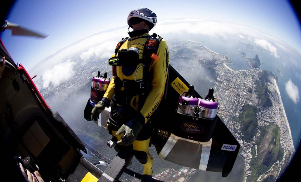 Швейцарец Ив Росси (Yves Rossy), также известный как Jetman, прыгает с вертолета над Рио-де-Жанейро, Бразилия. (Joe Parker/Breitling)