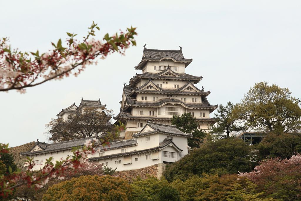 Замок Белой Цапли, Япония. Замок Химедзи не похож на европейские строения - он построен на плоской горной вершине и состоит из 83 зданий. Это характерный пример классической японской архитектуры. Химедзи - настоящая крепость. Среди множества защитных элементов наиболее известен лабиринт тропинок, который защищает главную цитадель. Он приводит потенциальных захватчиков в тупик, где их атакуют с воздуха. (Frankie/flickr)