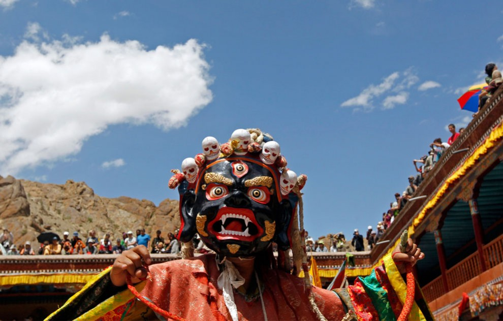 Монах в маске исполняет танец во время фестиваля в тибетском монастыре Хемис Гомпа, Лех, Индия. Фестиваль проводится в честь дня рождения основателя ламаизма (ответвление буддизма) Падмасамбхава (Padmasambhava). (Reuters/Fayaz Kabli)