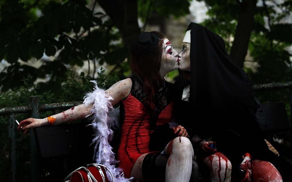 Две участницы традиционного Зомби-моба (англ. Zombie walk) в Праге, Чешская Республика. (Petr David Josek/Associated Press)
