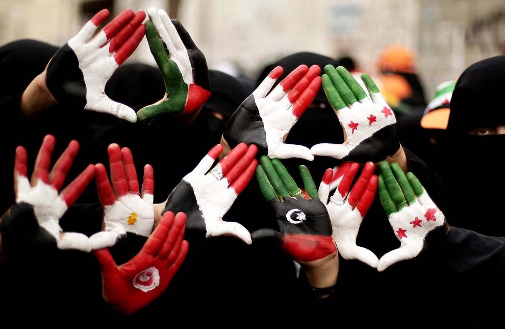 Йеменские демонстранты с национальными символами на ладонях требуют суда над бывшим президентом Али Абдаллой Салехом в Сане, Йемен. (Hani Mohammed/Associated Press)