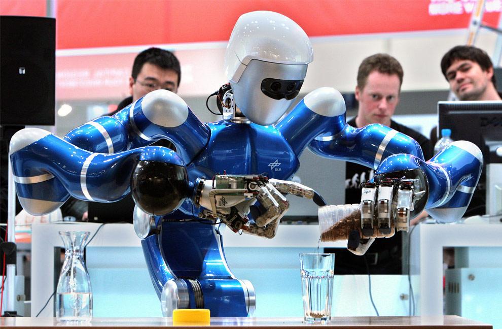 Робот-гуманоид Rollin' Justin готовит чай для посетителей крупнейшей выставки высоких технологий CeBIT в Ганновере, Германия. (Ronny Hartmann/AFP/Getty Images)