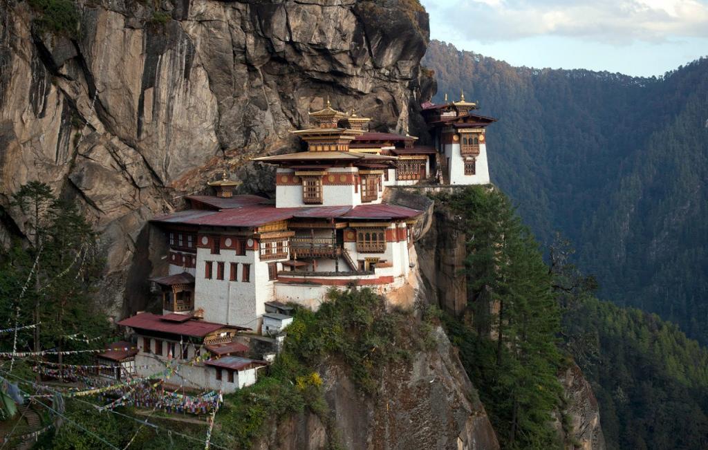 Такцанг-лакханг — знаменитый буддистский монастырь в Бутане. Он висит на скале высотой 3120 метров, на 700 метров над уровнем долины Паро.  (Reuters/Adrees Latif)
