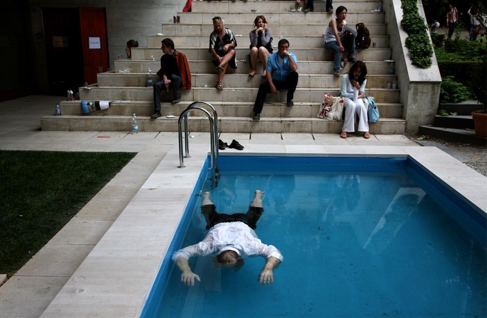 Тело всплыло в бассейне во дворе дома, который продали — инсталляция в павильоне Дании и Норвегии. (Todd Heisler/The New York Times)