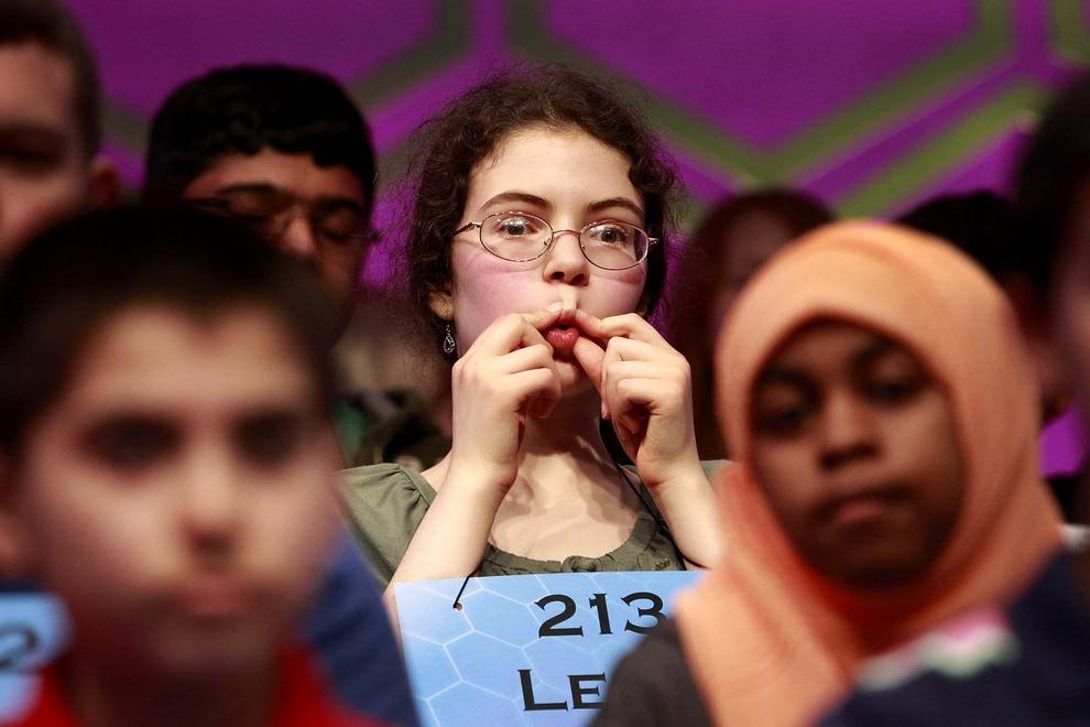 14-летняя Лена Гринберг (Lena Greenberg) всячески себя развлекает во время третьего тура конкурса National Spelling Bee, штат Мэриленд, США, 30 мая 2012 года. Гринберг стала одной из 50 полуфиналистов конкурса. (AP Photo/Jacquelyn Martin)