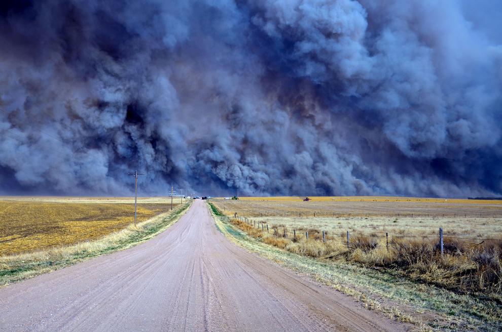 Крупный пожар в штате Колорадо,США. Из города Рэй били эвакуированы 300 человек  из-за пожара, начавшегося к югу от города Юма и распространившегося в населенном пункте Экли. (Tony Rayl/Yuma Pioneer via Associated Press)