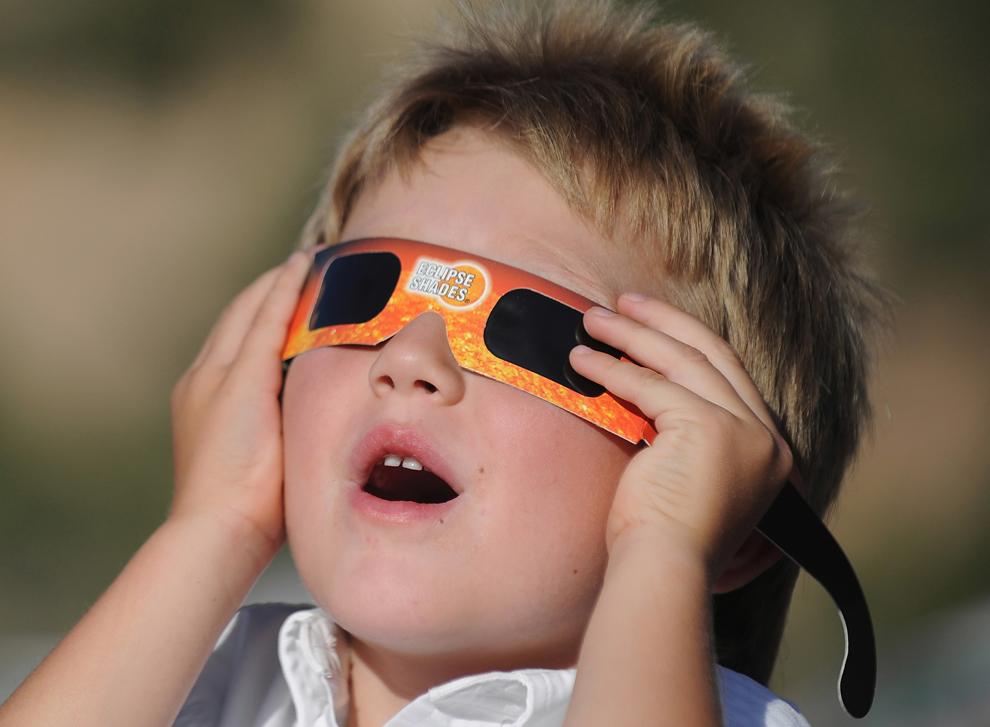 4-летний Аарон Пек следит за кольцеобразным солнечным затмением в Канарравилле, штат Юта, США, 21 мая 2012 года. (Robyn Beck/AFP/GettyImages)