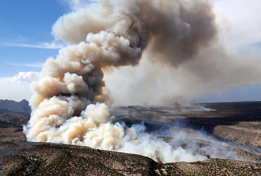 Огонь просачивается сквозь каньон. Правительство США всерьез забеспокоилось, чтобы 110-мильный лесной пожар не съел их ядерную лабораторию, превратив местность в радиоактивную зону. (Morgan Petroski/The Albuquerque Journal via Associated Press)