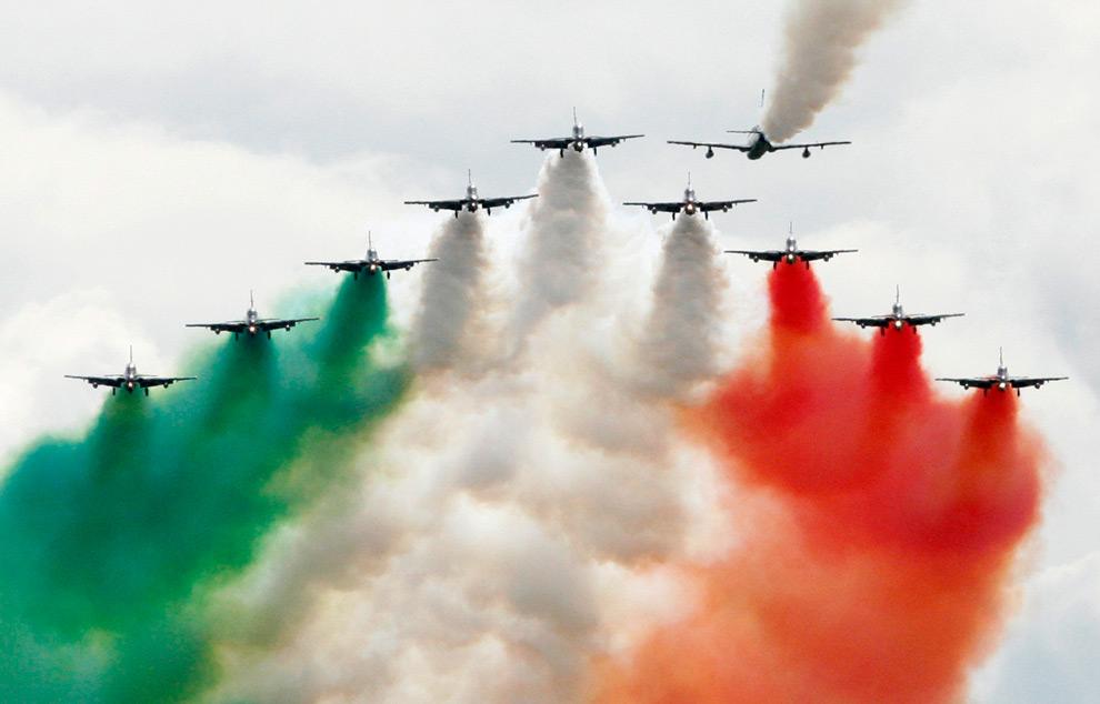 Команда асов воздушных сил Италии Фрессе Триколори (Frecce Tricolori) демонстрируют воздушное представление во время Московского Международного Авиа Шоу на экспериментальном аэродроме в г. Жуковский. (REUTERS/Sergei Karpukhin)