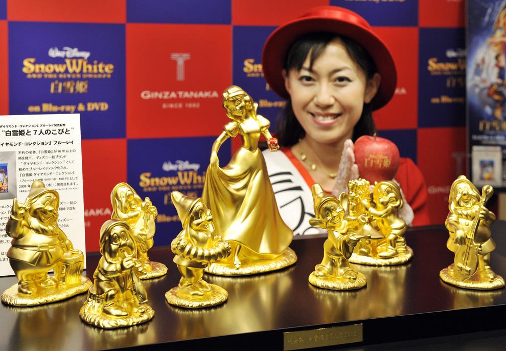 Модель презентует статуэтки диснеевских персонажей - Белоснежки и 7 гномов. Они изготовлены из чистого золота и стоят 30 млн. иен ($ 300 тыс. ), производитель - ювелирная фирма Tanaka Kikinzoku, рекламная компания юбилейного диска Blu-ray с диснеевскими мультфильмами, Токио. (YOSHIKAZU TSUNO/AFP/Getty Images)