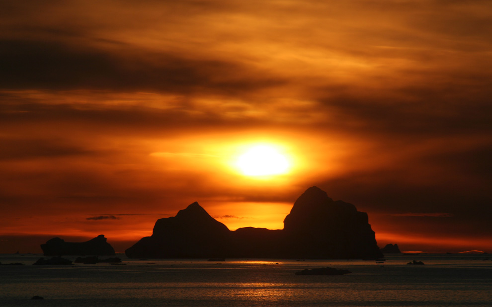 Закат на мысе Йорк (Cape York), Гренландия. Мыс в основном известен как место обнаружения Кейп-Йоркского метеорита. (Mila Zinkova/CC BY-SA)
