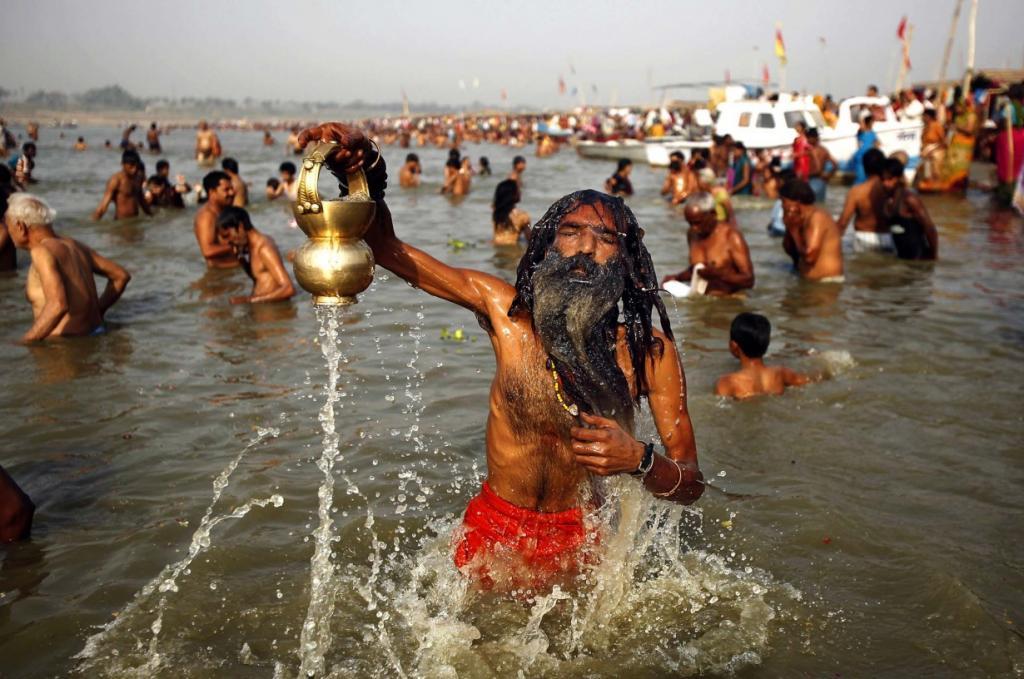 Индуист погружается в Сангам — слияния Ганга, Ямуны и мифической Сарасвати — по случаю праздника Ганга Дуссехра в Аллахабаде, Индия. Индусы по всей стране отмечают «Ганга Дуссехра», поклоняясь святой реке Ганг. Вода в Ганге поклоняются в герметичных контейнерах в каждом доме, посыпать как благословение мира и МВЕН в качестве последнего причастия. (AP Photo/Rajesh Kumar Singh)