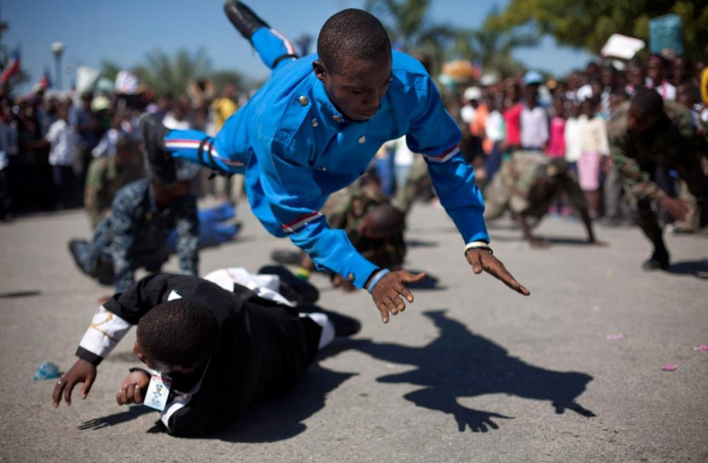 Мужчины, одетые в костюмы колониальных солдат, имитируют сражение посвященное 208-летию битвы, которая сделала Гаити независимой страной, Порт-о-Пренс, Гаити. (AP Photo/Ramon Espinosa)