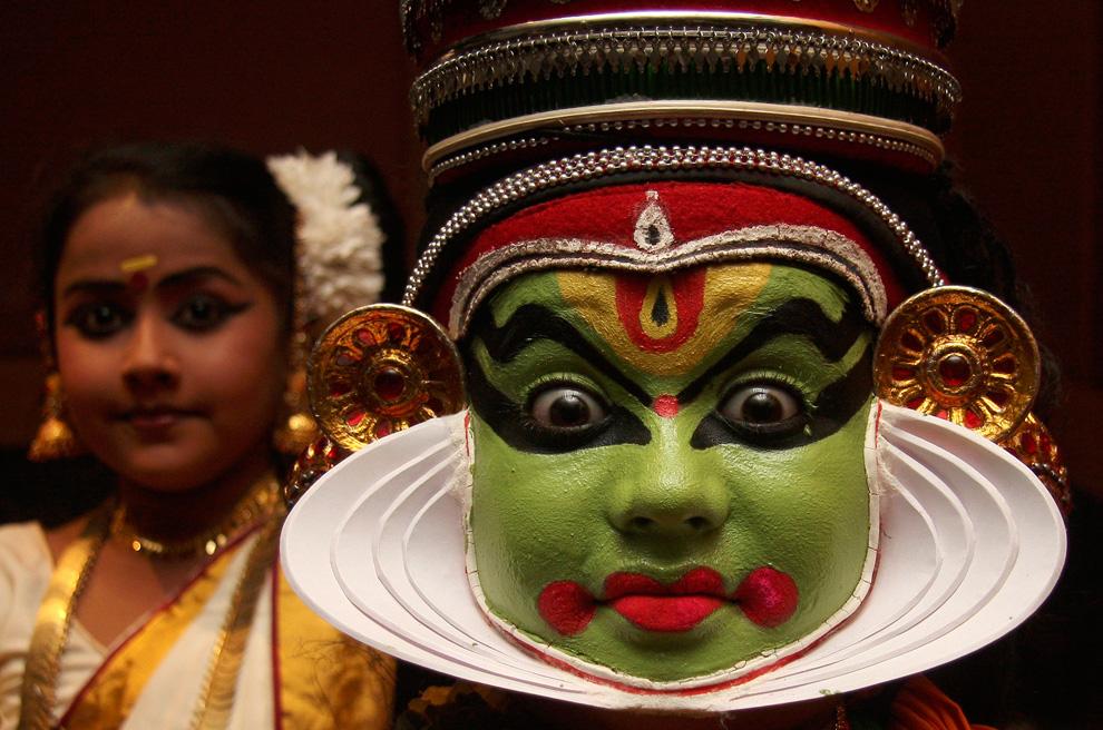 Танцор Катхакали выступает во время культурной программы в северном городе Чандигарх, Индия. Катхакали — традиционное танцевально-драматическое искусство южноиндийского штата Керала, возникшее в XVII веке. Истоки катхакали — народная драма и танцы, которые исполнялись керальскими крестьянами. (REUTERS/Ajay Verma)