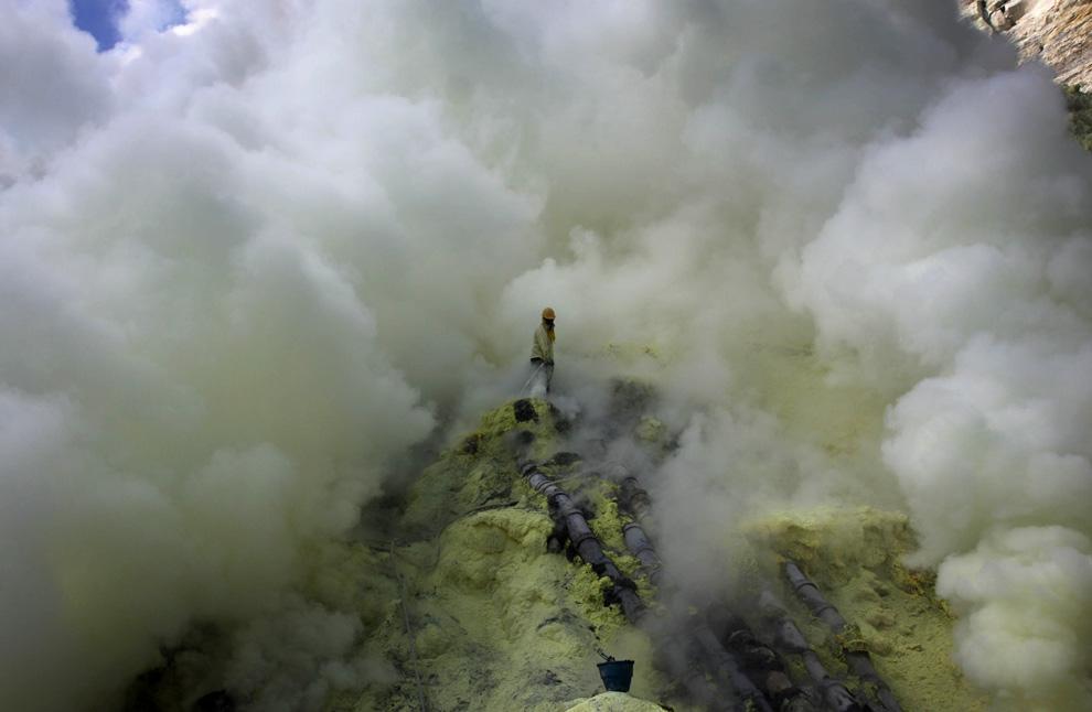 Нечеловеческая работа: Добыча серы из вулкана Иджен (15 фото)