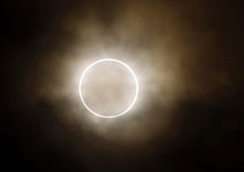Луна закрывает солнце, Иокогама, недалеко от Токио, Япония, 21 мая 2012. Миллионы азиатов наблюдали затмение солнца в понедельник утром. (AP Photo/Shuji Kajiyama)