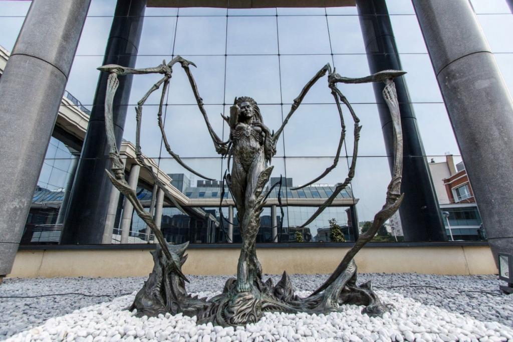 Бронзовый памятник королеве Зергов в Версале перед офисом компании Blizzard. Это персонаж вселенной Starcraft по имени Сара Керриган, в начале игры бывшая офицером армии терран, которую в последствии захватили зерги, но в итоги сами подчинились ей. (Blizzard)