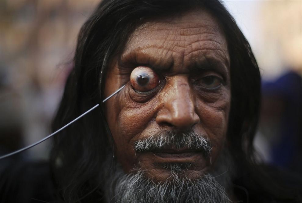 Суфий во время акта самобичевания на фестивале «Урс», Индия. (AP/Kevin Frayer)
