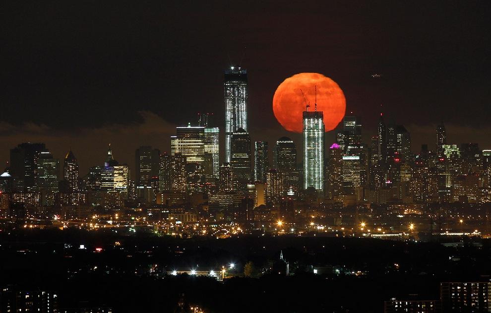 Суперлуна поднимается над горизонтом нижнего Манхэттена в Нью-Йорке, США, 6 мая 2012 года. (Reuters/Gary Hershorn)