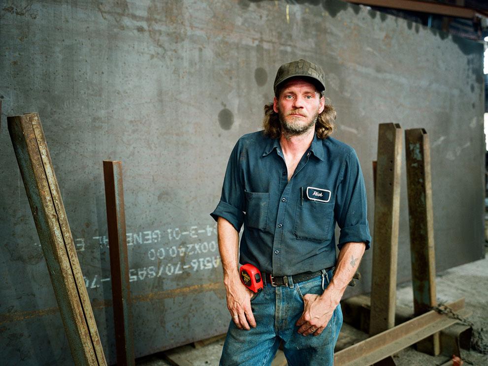 Рик, рабочий на фабрике по изготовлению металлических конструкций, Мэриленд. Что такое тяжелый труд, он знает не по наслышке. (Mark Burton)