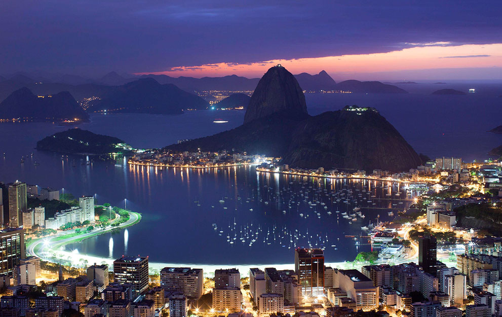 Восход солнца над заливом Гуанабара и горой Сахарная голова, Рио-де-Жанейро. (AP Photo/Felipe Dana)
