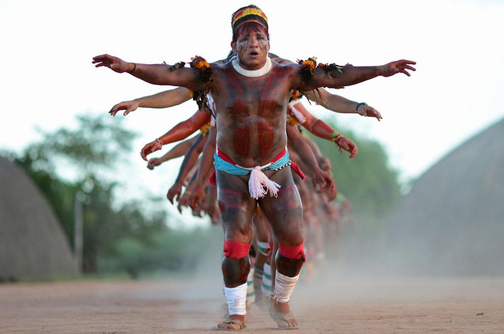Молодежный лидер племени Явалапити танцует со своими соплеменниками ритуальный танец в Национальном парке Шингу, штат Мату-Гросу. Племя Явалапити, проживающее в бассейне Амазонки в Бразилии, в настоящее время насчитывает не более 200 человек. Первое упоминание о нем зафиксировано в 1887 году. (Reuters/Ueslei Marcelino)