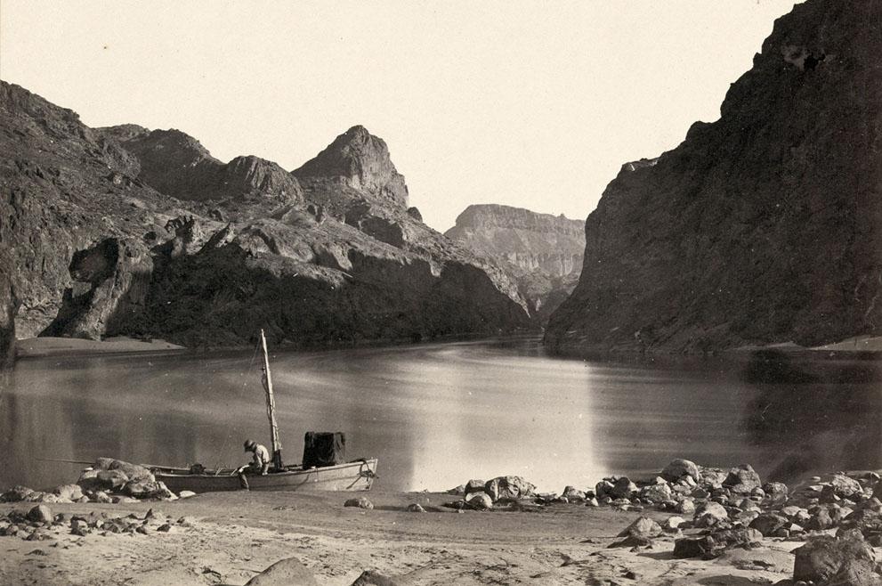 1871 год. Человек в лодке на реке Колорадо в Черном Каньоне, Мохаве, штат Аризона. (Timothy O'Sullivan/LOC)