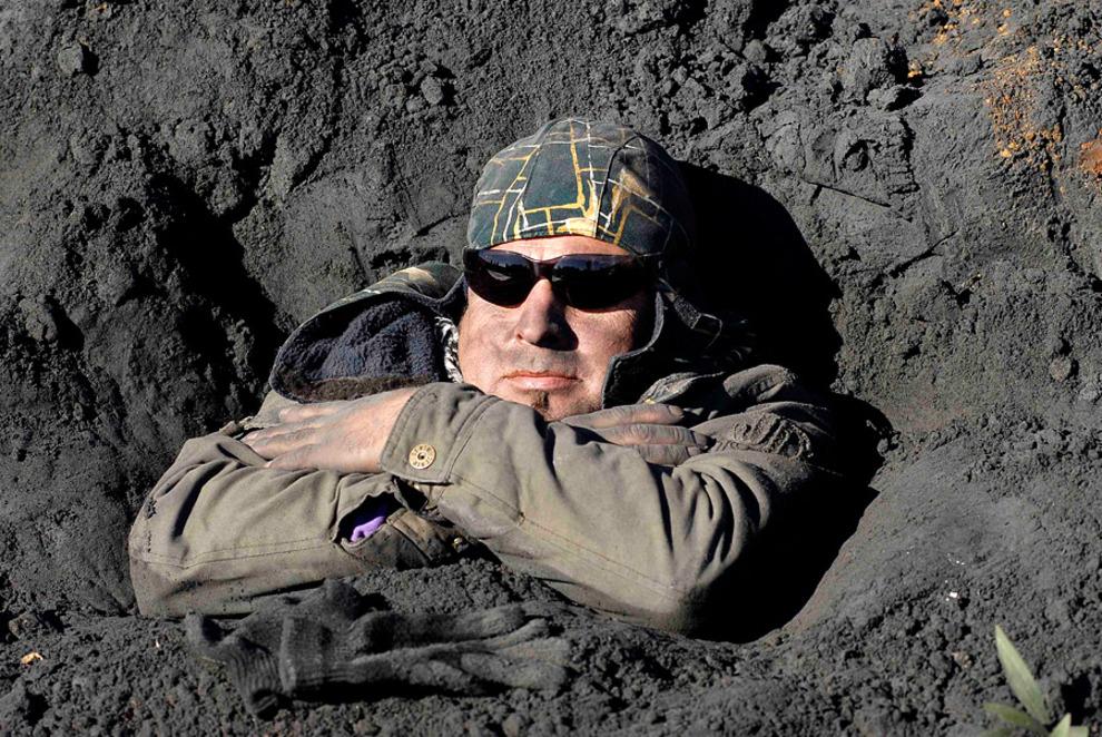 Закопали себя, чтобы защитить природу (10 фото)