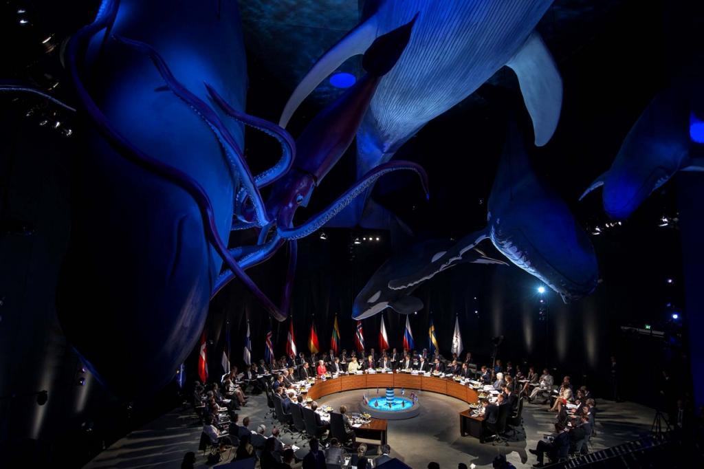 Члены Совета государств Балтийского моря сидят под моделями китов в Морском музее Ozeaneum на пленарном заседании саммита в Штральзунде, Германия. (Markus Schreiber/Associated Press)