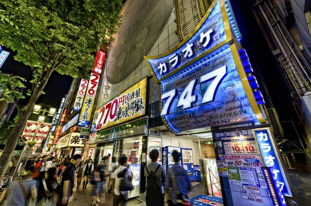 На девятом месте находится Токио. В столице Японии нет недостатка в питейных заведениях - бары в английском или немецком стиле, спортбары, винные заведения и конечно караоке-бары. Самый популярный напиток - пиво, наиболее известные сорта - Kirin, Sapporo и Asahi. Впрочем, виски, особенно местный Santory, тоже пользуется большим успехом. Порция пива в баре обойдется вам в сумму от 5 до 8 долларов. Рекомендуем посетить бар Soho's Omotesando, расположенный на верхнем этаже студии CDI Aoyama Studios, который поразит вас прекрасным интерьером и великолепным видом из окна. (KARAOKE 747/ justwalkedby.com)