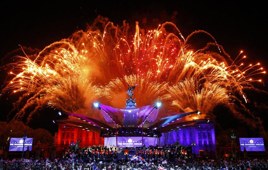 Салют над Букингемским дворцом, Лондон, Великобритания, 4 июня 2012 года. (Reuters/David Moir)