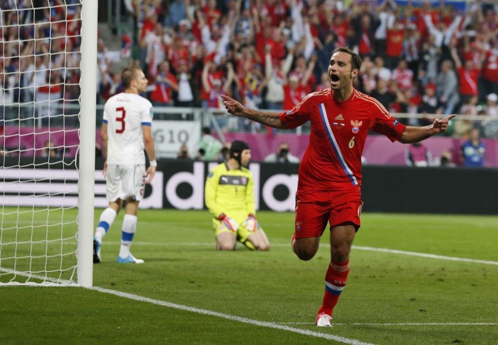 Евро-2012 стартовало! Россия уверенно переиграла Чехию со счетом 4-1, доказав неслучайность статуса фаворита группы. На фото: Роман Широков празднует свой гол. (AP Photo/Jon Super)