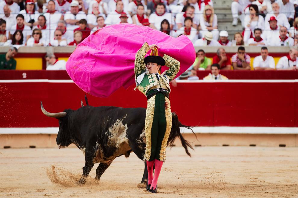 На арене сражаются бык и мексиканский матадор Аурелио Сальдивар (Arturo Saldivar). Фестиваль Сан-Фермин, Памплона. Испания. (Daniel Ochoa de Olza)