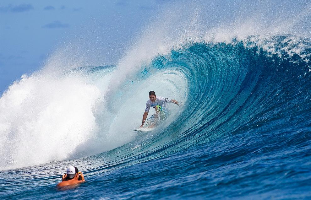 Бывший трехкратный чемпион мира по серфингу  Энди Айронс (Andy Irons) из Кауаи, Гавайи, позирует фотографу. (AP Photo/ASP, Kirstin Scholtz)