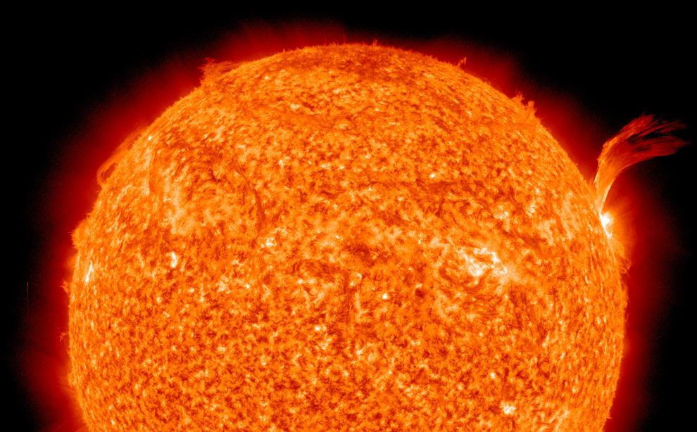 Это реальная фотография нашего светила. 8 сентября 2010 года на Солнце произошла вспышка класса C3. Она произвела коронарный выброс массы в космос (сверху справа). (NASA/SDO)