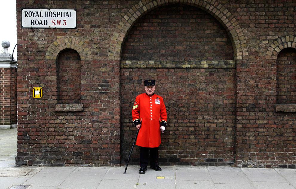 Пэдди Фокс (Paddy Fox), 79-летний пенсионер, проживающий в Челси, Лондон уже более 10 лет. Когда его спросили, что он думает на счет  того, что его родной город принимает Олимпийские игры, он ответил: «По-моему, это просто прекрасно! Пусть весь мир узнает, какие мы на самом деле!» (Reuters/Stefan Wermuth)