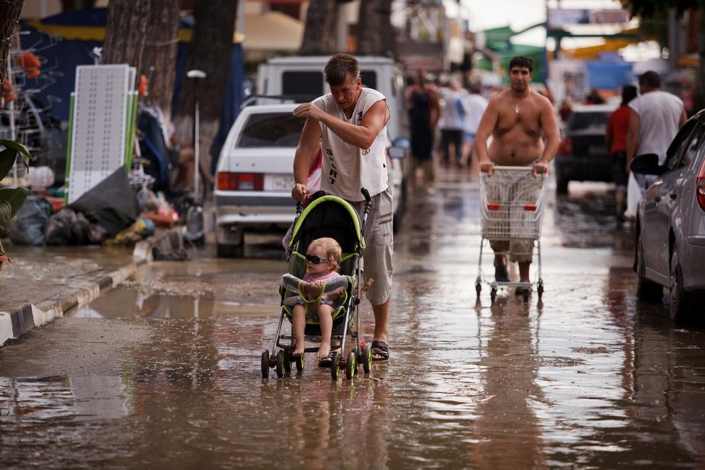 Курортный город Геленджик, Краснодарский край, Россия, 7 июля 2012 года. Здесь приняли первый удар стихии. (AP Photo/Ignat Kozlov)
